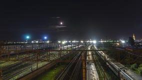 Movimento da noite dos trens em uma junção railway na luz de lua Fotos de Stock Royalty Free