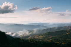 Movimento da névoa sobre Doi chang, Tailândia Fotografia de Stock