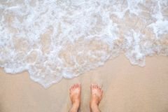 Movimento da onda do mar com pés e areia fotos de stock royalty free