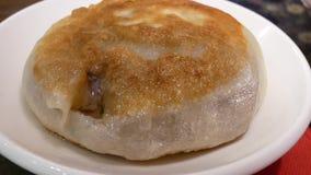 Movimento da pastelaria quente da carne na placa dentro do restaurante chinês video estoque