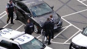 Movimento da polícia que trava um carro roubado no parque de estacionamento vídeos de arquivo