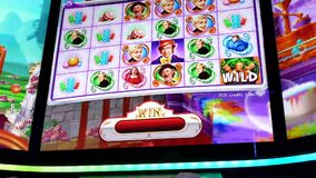Movimento da tela grande da curva dos slots machines dentro do casino video estoque
