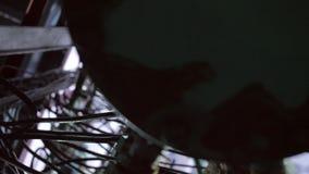 Movimento da vista inferior sob o tubo do metal com fios na planta filme