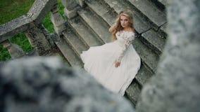 MOVIMENTO DA ZORRA: Noiva moderna bonita que senta-se apenas vídeos de arquivo