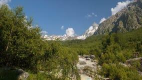 Movimento das nuvens e dos volume de água em um rio tormentoso nas montanhas de Cáucaso no verão filme