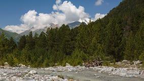 Movimento das nuvens e dos volume de água em um rio tormentoso nas montanhas de Cáucaso no verão video estoque