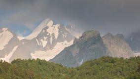 Movimento das nuvens e dos volume de água em um rio tormentoso nas montanhas de Cáucaso no verão vídeos de arquivo