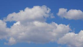 Movimento das nuvens no fundo azul - lapso de tempo filme