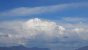 Movimento das nuvens no fundo azul - lapso de tempo video estoque