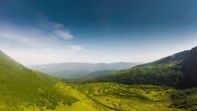 Movimento das nuvens Paisagem do verão nas montanhas e céu azul, cor do verão e tempo Bom tempo filme