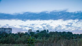 Movimento das nuvens sobre a casa do multi-andar video estoque