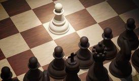 Movimento de abertura da xadrez - penhore no centro da placa Vista da parte superior 3D rendeu a ilustração Imagem de Stock Royalty Free