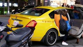 Movimento de duas moças que tomam o táxi após ter comprado alimentos video estoque