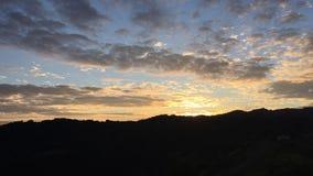 Movimento de massas de ar nas montanhas de Califórnia Nuvens e nuvens de cúmulo video estoque