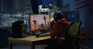 Movimento de observação do menino de um Mars Rover fotografia de stock