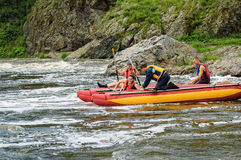 Movimento de quatro turistas da água no rio rápido Fotos de Stock