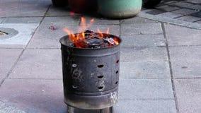 Movimento de queimar o ouro de Joss e o papel de prata para rezar o deus e o memorial seu antepassado vídeos de arquivo