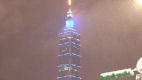 Movimento de Taipei 101 com chuva pesada durante na noite video estoque