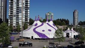 Movimento de tendas do circus americanas da coroa e de construções novas residenciais do arranha-céus video estoque