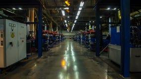 Movimento de Timelapse ao longo da oficina da produção do pneumático com máquina