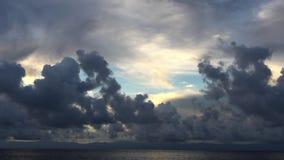 Movimento de Timelapse de nuvens cinzentas contra o céu Andreev filme