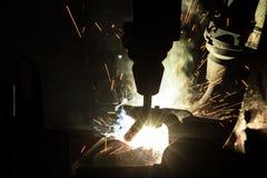 Movimento dei robot per saldatura in una fabbrica dell'automobile Immagini Stock