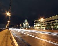 Movimento dei veicoli sulla notte Mosca Fotografia Stock