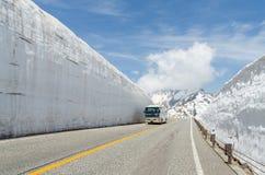 Movimento del bus del parabrezza della sfuocatura lungo la parete della neve all'itinerario alpino del kurobe di tateyama Fotografie Stock Libere da Diritti
