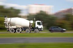 Movimento del camion del miscelatore di cemento Immagini Stock