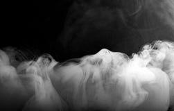 movimento del fumo o della nebbia sul fondo nero di colore Fotografie Stock
