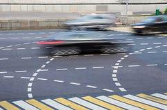 movimento dell'automobile all'intersezione in città Fotografia Stock