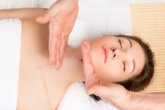 Movimento dell'estetista delle mani per massaggiare il collo ed il fronte fotografia stock libera da diritti