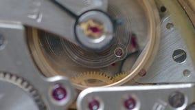 Movimento dell'orologio meccanico d'annata corrente con il fuoco sugli ingranaggi d'ottone video d archivio