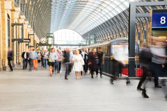 Movimento della gente della sfuocatura della stazione della metropolitana del treno Fotografie Stock Libere da Diritti