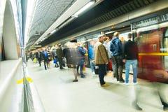 Movimento della gente della sfuocatura della stazione della metropolitana del treno di Londra Immagine Stock