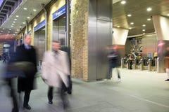 Movimento della gente della sfuocatura della stazione della metropolitana del treno di Londra Fotografia Stock Libera da Diritti