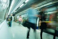 Movimento della gente della sfuocatura della stazione della metropolitana del treno di Londra nell'ora di punta Fotografie Stock Libere da Diritti