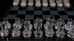 Movimento della macchina fotografica attraverso i pezzi degli scacchi a bordo video d archivio