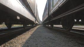 Movimento della macchina fotografica fra le piste del treno con i vagoni video d archivio