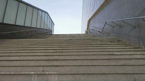Movimento della macchina fotografica lungo le scale su video d archivio