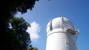 Movimento della nuvola sopra la cupola di astronomia stock footage