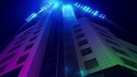 Movimento delle linee al neon colorate nella costruzione del centro di affari 4k archivi video