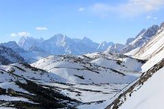 Movimento delle nuvole sul ghiacciaio di Gyazumba delle montagne, Himala Fotografia Stock