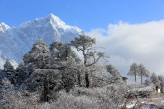 Movimento delle nuvole sulle montagne Kongde Ri, Himalaya Fotografia Stock
