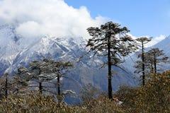 Movimento delle nuvole sulle montagne Kongde Ri, Himalaya, Ne Immagine Stock