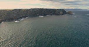 Movimento descendente em uma vista aérea que move-se ao longo da costa filme