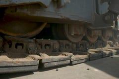 Movimento di un trattore a cingoli Attrezzatura per la pavimentazione dell'asfalto Costruzione delle strade fotografie stock libere da diritti