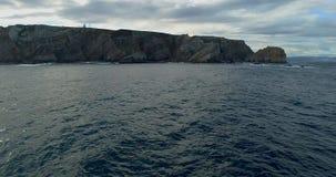 Movimento dianteiro em uma vista aérea que move-se para os penhascos muito próximos ao mar video estoque