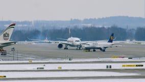 Movimento do aeroporto no aeroporto MUC de Munich vídeos de arquivo