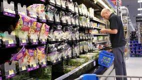 Movimento do alimento de compra dos povos dentro da loja de Walmart filme